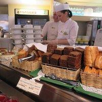 พนักงาน บริการ มี จำนวนเยอะ จึง หยิบอาหารให้ได้ รวดเร็วครับ มุมนี้ จะเป็น ขนมปัง นานาชนิด