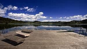 Schöner, sauberer Längsee und nettes Strandbad mit Möglichkeit sich Tretboote (gegen Gebühr) auszuleihen! Wir kommen wieder!!