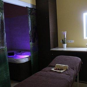 Cabina conjunta con Jacuzzi privado para recibir los mejores masajes, solo o acompañado.