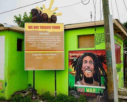 Unterwegs in Trench Town, einem Stadteil von Kingston. Musik tönt aus fetten Boxen und auch wenn das Viertel arm ist, so geben viele die Hoffnung nicht auf, den Aufstieg wie ihr Idol Bob Marley zu schaffen.