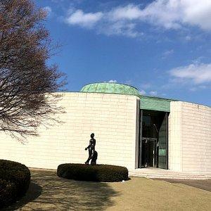円形の常設展示館、中に4つの展示室