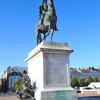 Statue Equestre de Louis XIV - работа мастера Франсуа-Фредерика Лемо занимает центральное место на площади Белькур в Лионе