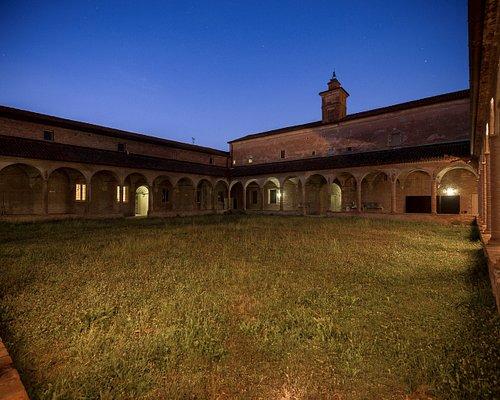 La foto è tratta dal sito lacorteospitale.org che invito a visitare. SI tratta dell'interno del cortile che richiama la struttura di molti monasteri. I locali interni sono adibiti alle attività culturali.