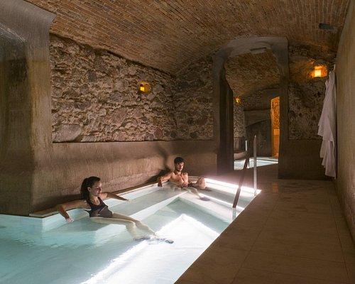 Descubre la auténtica agua termal milenaria en las siete piscinas construidas en los antiguos depósitos termales del siglo XVIII.