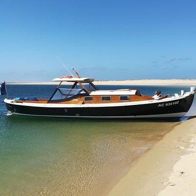 Avec les pinasses du Bassin d'Arcachon Cap Ferret faites escale sur les bancs de sable face à la dune du Pilat pour un arrêt bain et dégustez quelques huitres en admirant les sublimes couchers de soleil sur l'océan
