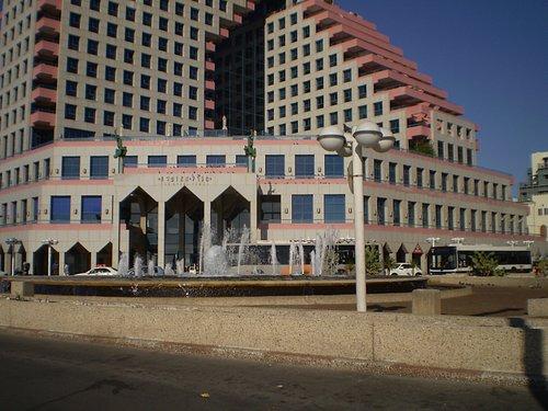 el Centro Comercial en los primeros pisos del Opera Tower