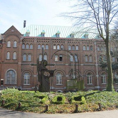 Keizersberg Abbey. Аббатство, в настоящее время один из корпусов университета