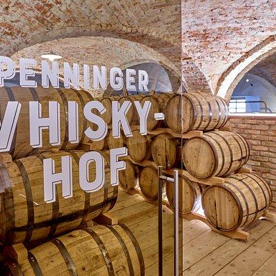 Blick ist das Fasslager des Whisky-Hofs