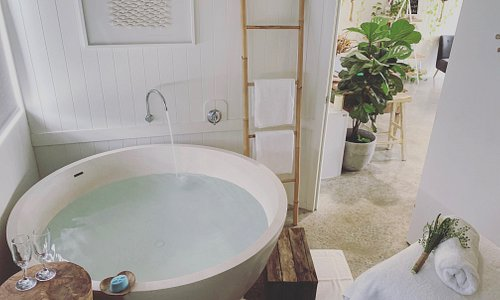 Or warm epsom salt bath is the perfect way to soothe and calm your muscles before a massage. This gorgeous bath experience is also included in all of our Couples Escapes.