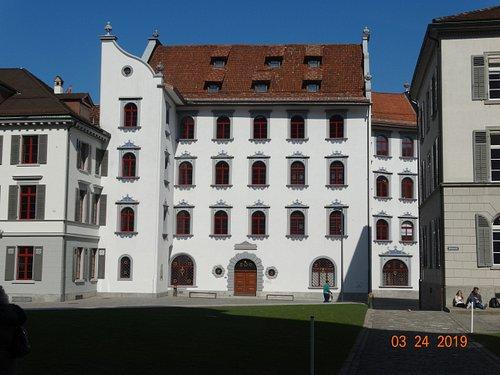 Το δημαρχείο της πόλης αναπαλαιομένο σχεδόν στο κέντρο της πόλης και στα πλάγια του καθεδρικού ναού.