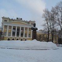 ตัวอาคารนี้ คือเป็นโรงเรียนสอนดนตรีและสถานที่จัดงานคอนเสิร์ตครับ โรงเรียนสอนดนตรีแห่งนี้จัดว่าเป็น หนึ่งในสถาบันการศึกษาดนตรีชั้นนำที่ดีที่สุดในรัสเซียเป็นที่ยอมรับจากทั่วโลกครับ