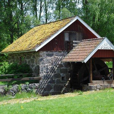 Blåsmaskinhuset med vattenhjulet i Åryds Bruksmiljö i Åryd