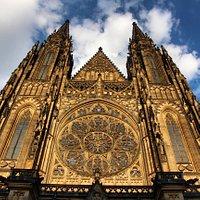 Para admirar la fachada de la Catedral de San Vito hay que mirar muy arriba y ni con un buen angular serás capaz de alcanzarla por completo.