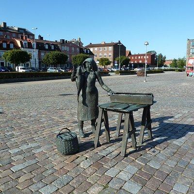 Statyn ''Fiskargumman'' på Fisktorget i Karlskrona