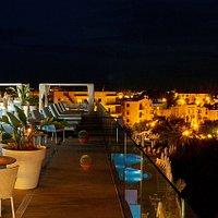 Lys Restaurant bar by night