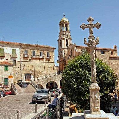 Piazza Del Popolo,Chiesa dell'Assunta,Palazzo Marchesale e, in primo piano, La croce stazionaria del 1562
