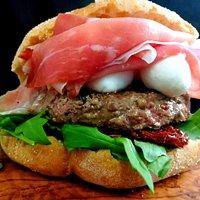 Hamburger di razza piemontese da 180 gr. con rucola, pomodori secchi, ciliegine di fior di latte e prosciutto crudo dolce...tutto in uno scrigno di rimacinato di grano duro.