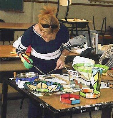 Una de nuestras alumnas realizando un curso de larga duración, donde se realizan piezas de vidrio y objetos de decoración.