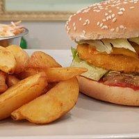 Le burger de poulet et la salade Thaï. 🤩