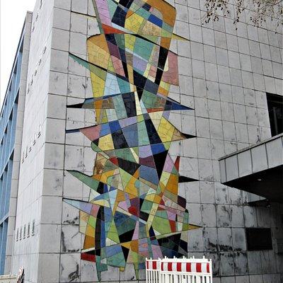 Fresque en céramique sur un côté de façade