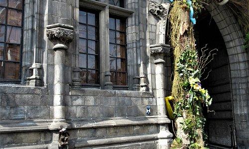 La petite sculpture à gauche du porche d'entrée de l'Hôtel de Ville