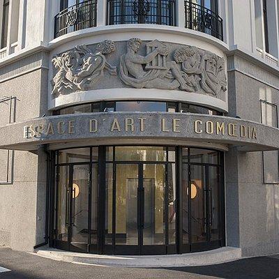 Façade de l'Espace d'Art Contemporain Le Comoedia à Brest (Bretagne). Construit à la reconstruction par l'architecte Michel Ouchacoff et le sculpteur Jean-René Debarre