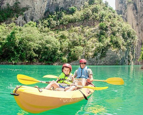 Before departing, we will go over some basic instructions which include proper use of the paddle, movement within the kayak, basic safety measures and the use of the watertight container.
