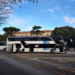 La línea rápida Urbino-Pésaro es la 46 y cuenta con autobuses de amplia capacidad (dos plantas), muy modernos y confortables.