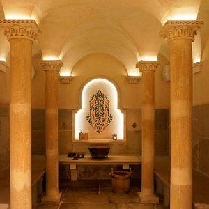 Le Hammam est une salle chaude ou vous pouvez expérimenter un rituel traditionnel de luxe et de douceur. C'est une expérience qui vous permet de prendre soin de vous, de faire peau neuve et de purifier votre être et votre esprit.