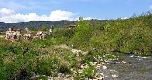 La rivière Sorgues passant au pied du village de Latour.