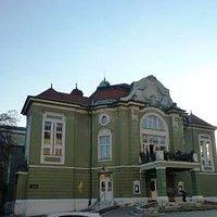 Congress広場のBarianska Cesta通りの左手に見えます。