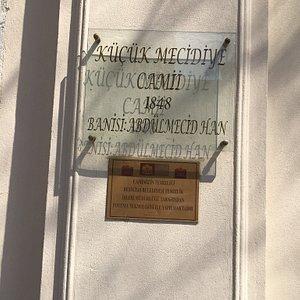 1848 sultan Abdülmecid han tarafından yapılmış yıldız parkı girişindeki tarih kokan muhteşem bir eser mutlaka görün derim