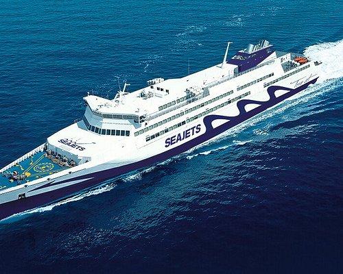 Το Tera Jet είναι το μεγαλύτερο ταχύπλοο του κόσμου και το ταχύτερο οχηματαγωγό με τουρμπίνες αεροπλάνου. Διαθέτει προηγμένη τεχνολογία σταθεροποίησης για τα μελτέμια Είναι άνετο διαθέτοντας ευρύχωρα καθίσματα με 600 από αυτά πλήρως ανακλινόμενα./ Tera Jet is the world's largest high-speed boat and the fastest ferry-powered ferryboat. It has advanced stabilization technology for meltems. It is comfortable with spacious seats, 600 among them are fully reclining.