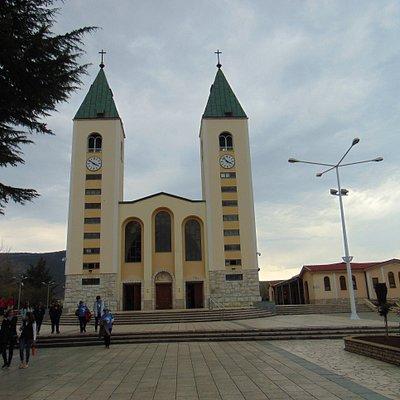 Ogromny kościół parafialny z placem