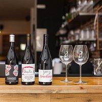 Winemood ofrece una selección de vinos catalanes, españoles y internacionales, tocando las mas importantes D.O del mundo , puedes degustar, intender como puede influir un clima , un tipo viticultura, una variedad de uva en un vino.