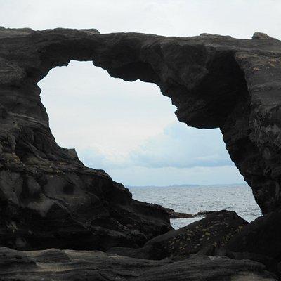 洞門の穴から覗いた相模湾の風景