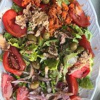 Ensalada de lechuga, tomate y cebolla con atún, zanahoria y aceitunas