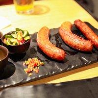 Còn đây là món Trio of sausage cũng được nhân viên cắt thành những miếng nhỏ tại bàn cho dể dùng