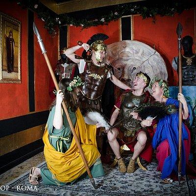 Sono venuti dall'Irlanda e cercavano un posto dove fare foto vestiti con costumi dell'antica Roma. Da noi hanno avuto la possibilità di farlo e si sono divertiti tantissimo. Questo è solo una piccola parte di quello che potrete trovare venendo ad  Arkeos Shop.