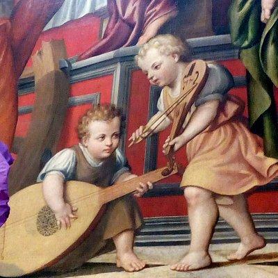Particolare della pala d'altare: putti che accordano gli strumenti