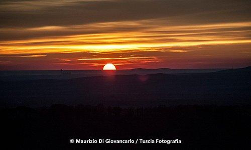 Lo spettacolo del tramonto dal Belvedere in Piazzale della Rocca Montefiascone.
