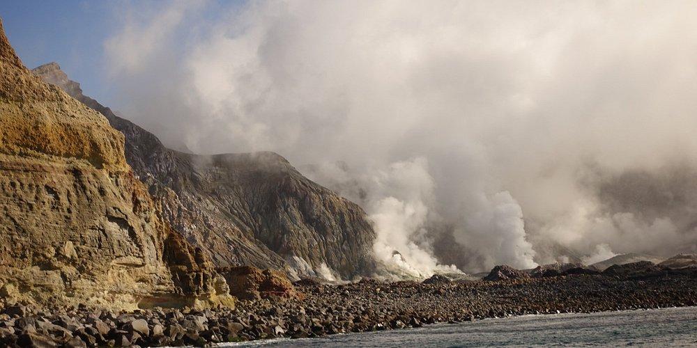 Действующий вулкан в океане. Это самый активный вулкан Новой Зеландии.  Он имеет округлую форму примерно 2 км в диаметре. Он поднимается на высоту  321 м над уровнем моря. Открытый остров это вершина подводной горы, высота которой 1600 м