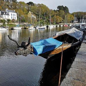 una barca insolita nella darsena verso il mare