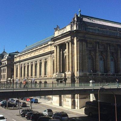 Ninguém passa indiferente a este museu, pela arquitectura, pelas dimensões.