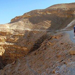 A kanyon tetején. Jobbra a visszafelé vezető út. Balra lent a kanyon.