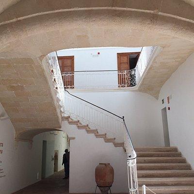 Palacio que no se visita pero se puede entrar en la planta donde hay exposiciones