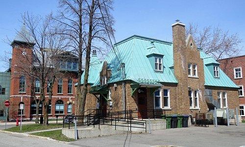 Vieux Bureau de Poste (Salle de spectacles)  situé devant l'Hôtel de ville de Lévis à Saint-Romuald