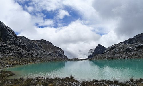 Be calm like a calm lake, then you will look beautifull calm lake. #adventurecarstensz #sevensummit #wonderfullindonesia #mountains #papua #indonesia