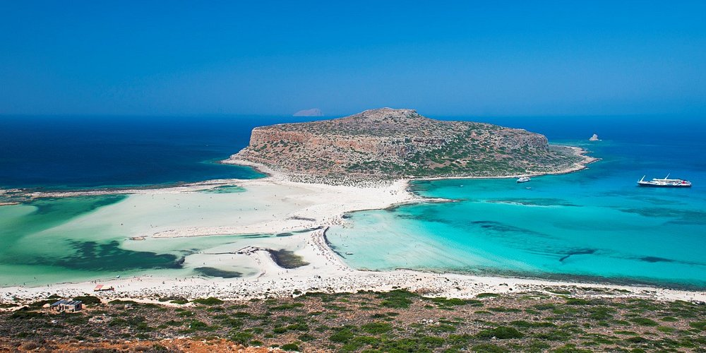 La Laguna di Balos, sull'isola di Creta, è una delle spiagge più famose e più amate dai viaggiatori di tutto il mondo. E' una lingua di spiaggia bianca che si protende nel mare turchese e che unisce il promontorio di Corico a Capo Tigani, nella parte nord-occidentale dell'isola. Chi non vorrebbe trovarsi già lì?