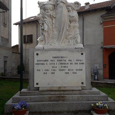 Il monumento visto di fronte